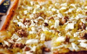 Hojaldre de puerro y limón con queso de cabra y nueces