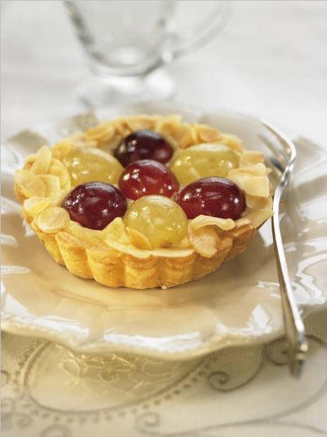 Pastel de almendra y uvas